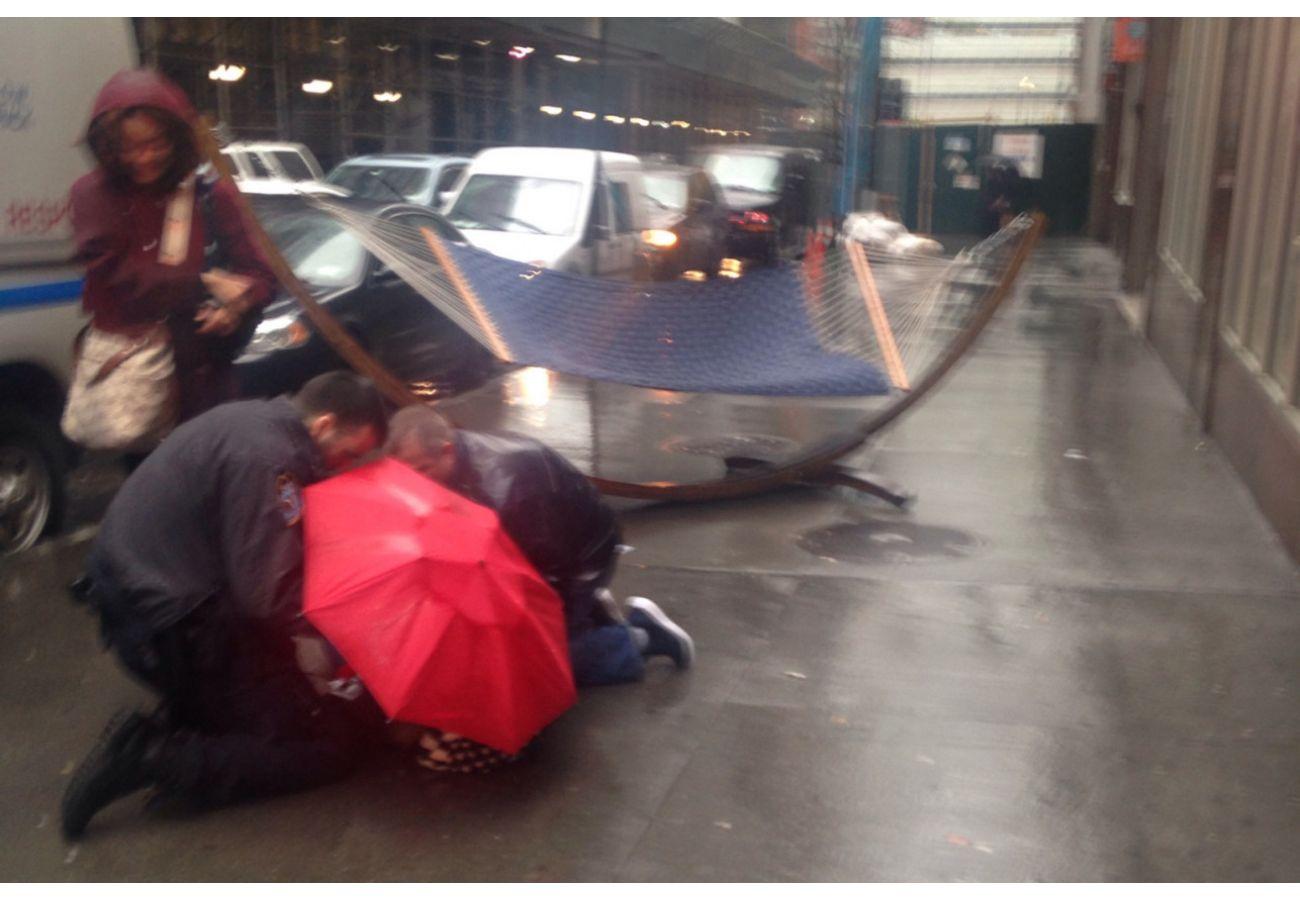 В Нью-Йорке гамак упал с балкона на пешехода