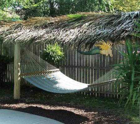 Терраса в тропическом стиле украшенная подвесным гамаком