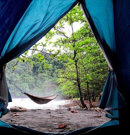 Палатка и место кемпинга с гамаком