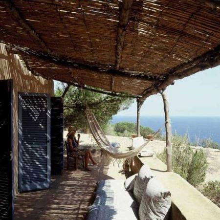 Домик на берегу с гамаком для загорания