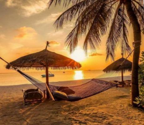 Морской закат с зонтиками и гамаками на пляже