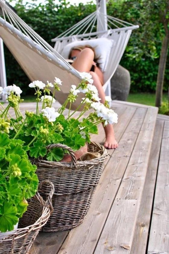 Женщина отдыхает в гамаке в саду