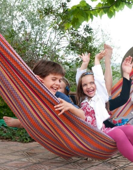 Дети любят веселиться в тканевых гамаках