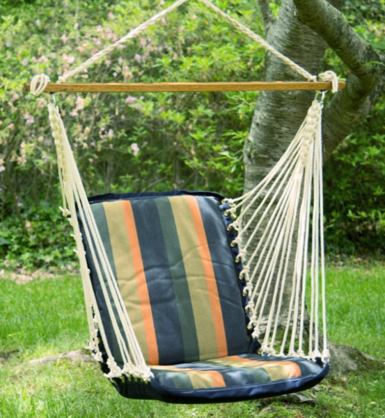 Сидячее кресло-качели можно закрепить на дереве с саду
