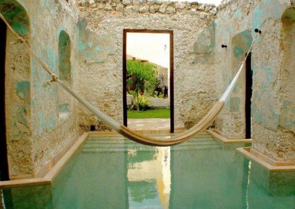 дом с бассейном и гамак на фотографии
