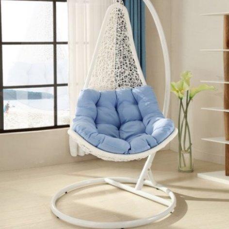 Подвесное плетеное кресло белого цвета