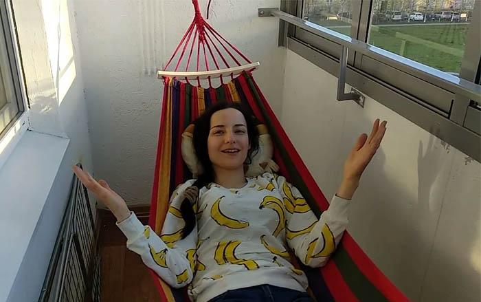 Девушка в гамаке на балконе