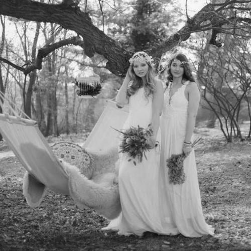 Невеста и подружка на свадьбе в бохо стиле с гамаком