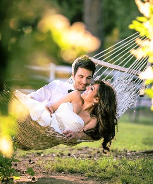 Влюбленная пара и гамак в парке
