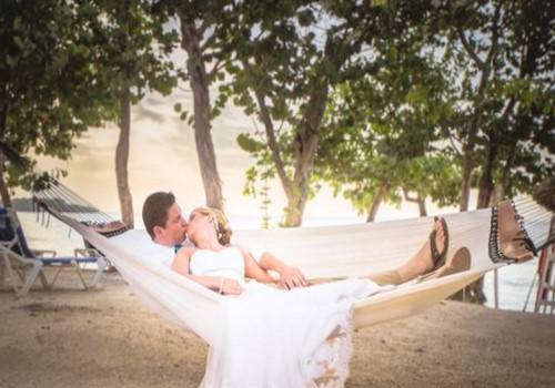 Фотография жениха и невесты на берегу