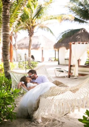 Влюбленные отдыхают на курорте у океана
