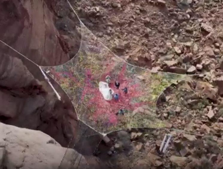 сетка подвешена над пропастью, где происходит церемония (вид с вертолета)
